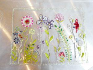 アリワークというインドの技法で刺した作品です。艶のある糸刺繍とビーズ、スパンコールのコラボが美しいです。形の異なった花々が沢山刺繍してあります。