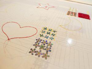 花型スパンコールとカップ型のスパンコールを組み合わせてビーズ刺繍をしています。