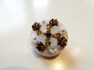 直径3cmのブローチです。スパンコールの立体的なお花と、ビーズの小花が交互に刺してあります。