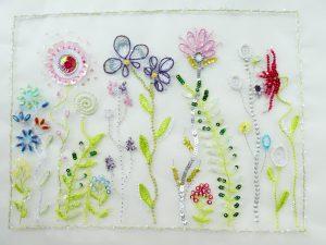 光沢のあるレーヨン糸で沢山の花を刺繍しています。スパンコールとビーズが所々に刺してあり綺麗です。
