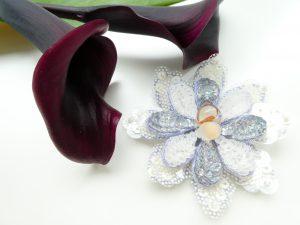 アリワークで刺繍した涼しげな花のブローチです。8枚の花びらが2段重ねになっています。