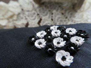 立体的な小花が美しく一列に並んでいます。
