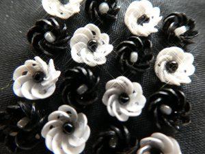 3mmカップ型スパンコールを円形に刺した、立体的な小花があります。