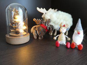 クリスマス用品のツリーとトナカイとサンタクロースです。