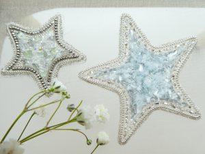 大小の星型ブローチが並んでいます。キラキラと美しいです。