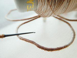 段染めのレーヨン糸で花びらの輪郭を刺します。