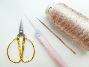 レーヨン糸とハサミとワイヤーです。