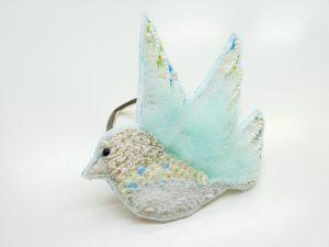 小鳥のスカーフ止めです。羽根部分がモフモフしていて立体的です。