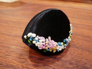 小物入れに最適な貝の口です。下部のリボン刺繍が華やかです。