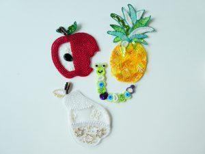 アリワーク刺したました。アップリケが出来る作品になっています。りんご、パイナップル、洋梨などを可愛く並べています。