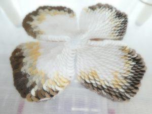 スパンコールで刺した花びらです。鱗の様に重なり合って美しいです。