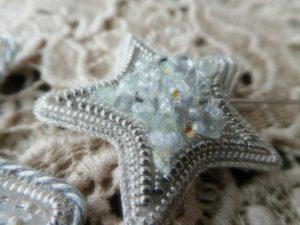 小さい星型ブローチです。中央はクリスタルとスパンコールがキラキラしていて綺麗です。