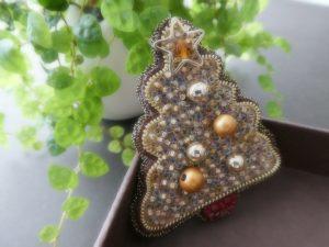 クリスマスツリーのブローチです。先端に星とスワロフスキーが刺してあります。ツリーの所々に大小のパールがあります。