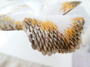 大きい花びらの先端です。スパンコールが鱗の様に重なり合っています。