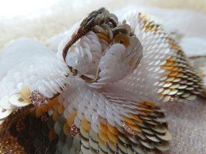 スパンコールを鱗の様に重ねて刺した花びらです。