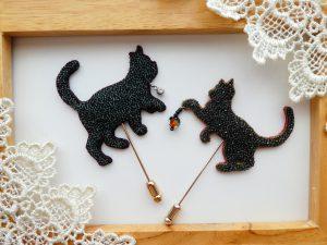 2匹のネコのブローチです。全体をビーズで刺したネコをハットピンに固定しました。約5cmサイズです。