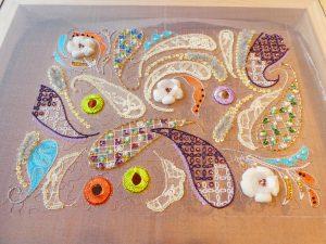 アリワークで刺した作品です。ビーズ、スパンコール、糸刺繍で刺したお花と大小のペイズリー模様が、ランダムに並んでいます。