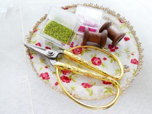 ビーズ刺繍に使う針、ビーズと糸巻きです。
