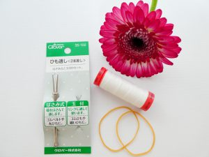 糸と輪ゴムと紐通しです。