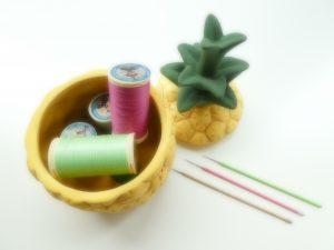 パイナップルの小物入れに糸が沢山入っています。