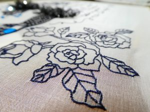 大輪の薔薇を細い糸で刺しています。