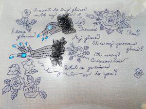 グローブと英字がバランスよくデザインされた作品です。全て細い糸で刺しています。