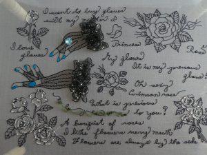 作品の全体です。グローブをはめた両手と英字と薔薇が刺してあります。