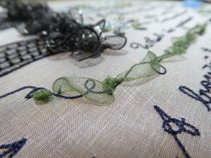 レーヨン糸の上に曲線を描きながらオーガンジーリボンを乗せます。