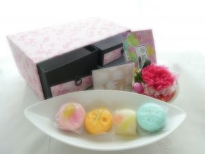 母の日のプレゼントです。和菓子とお花とお茶のセットが可愛い小箪笥に入っています。
