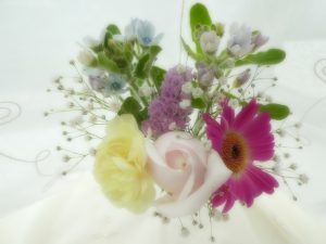 季節の生花です。薔薇とガーベラが美しいです。