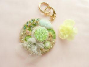 帽子型のバックチャームです。ツバ部分にビーズとスパンコールのお花が沢山刺繍されています。