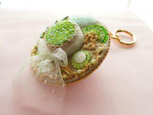 帽子型のバックチャームです。レースのリボンが巻いてあり爽やかです。ツバにビーズとスパンコールの花の刺繍が沢山あります。