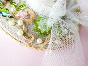帽子型のバックチャームです。ビーズとスパンコールで刺した円形のお花です。