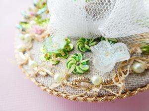 帽子型のバックチャームです。風車のような円形の小花です。