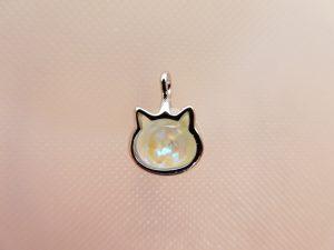 猫型の小さい金属の飾りです。その中にキラキラのビジューを挟めました。