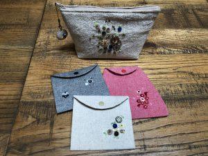 モンパクトなマスクケースとポーチです。ビーズ刺繍のお花が可愛いです。