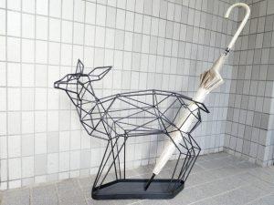 太いワイヤーで作った小鹿型の傘立てです。