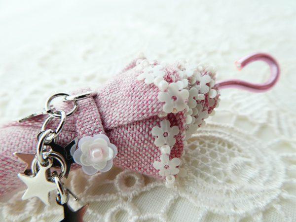 傘の縁部分は小花のスパンコールと特小ビーズが交互に刺してあります。とっても華やかです。