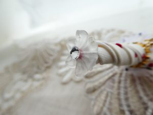 傘の先端は開いた花形ビーズとキラキラのストーンを飾っています。