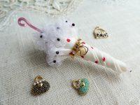 ひらひらしたオーガンジーが、持ち手辺りに飾ってある傘のブローチです。小さいドット模様が可愛いです。