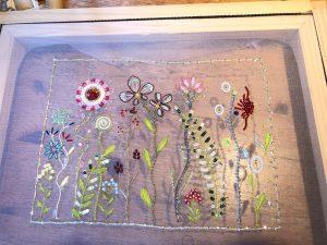 光沢のある糸で様々なお花を刺繍しています。ビーズやスパンコールも使っているので、とても華やかで美しい仕上がりになっています。