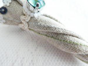 傘全体にアリワークでチェーンステッチの模様を刺繍しています。
