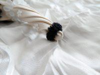 傘の先端にも細いオーガンジーリボンをフリルにし縫い止めています。て