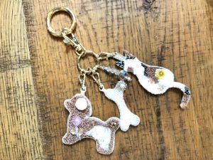 犬と猫と骨をビーズ刺繍した作品を一緒にまとめたバックチャームです。ゆらゆら揺れて可愛いです。