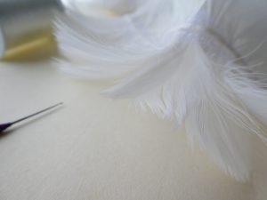 生地で連なっている白い羽根です。