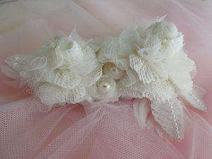 大小の白い薔薇が2個並んだ髪飾りです。大きなパールが2個リボンに包まれています。ウエディングに使います。