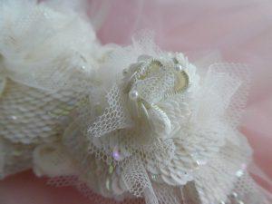小さい方の白い薔薇です。スパンコールを使った花びらは鱗のように重なっていて美しいです。花びらに飾った小さいパールが綺麗です。