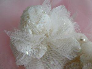 大きい方の白い薔薇です。スパンコールを使った花びらは鱗のように重なっていて美しいです。花びらに飾った小さいパールが綺麗です。