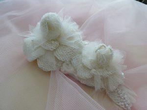 大小の白い薔薇が2個並んだ髪飾りです。ウエディングに使います。