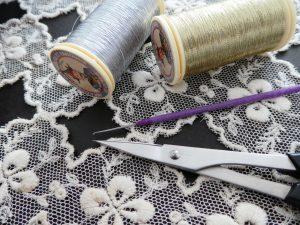 ビーズ刺繍に必要な糸と針とハサミです。